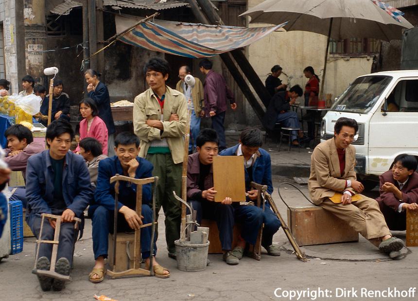 China, in Chongqing, Handwerker warten auf Arbeit