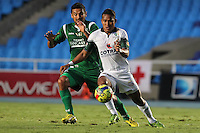 CALI -COLOMBIA-26-10-2013. Andres Perez (I) del Deportivo Cali disputa el balón con Henry Hernández (D) de La Equidad durante partido válido por la fecha 16 de la Liga Postobón II 2013 jugado en el estadio Pascual Guerrero de la ciudad de Cali./ Deportivo Cali player Andres Perez (L) fights for the ball with La Equidad player Henry Hernandez (R) during match valid for the 16th date of Postobon League II 2013 played at Pascual Guerrero stadium in  Cali city.Photo: VizzorImage/Juan C. Quintero/STR