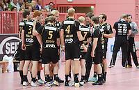 Handball 1. Bundesliga  2012/2013  in der Paul Horn Arena Tuebingen 08.09.2012 TV Neuhausen - TSV Hannover-Burgdorf Auszeit; Besprechung;  Team TV Neuhausen mit Trainer Markus Gaugisch (3.v.re)