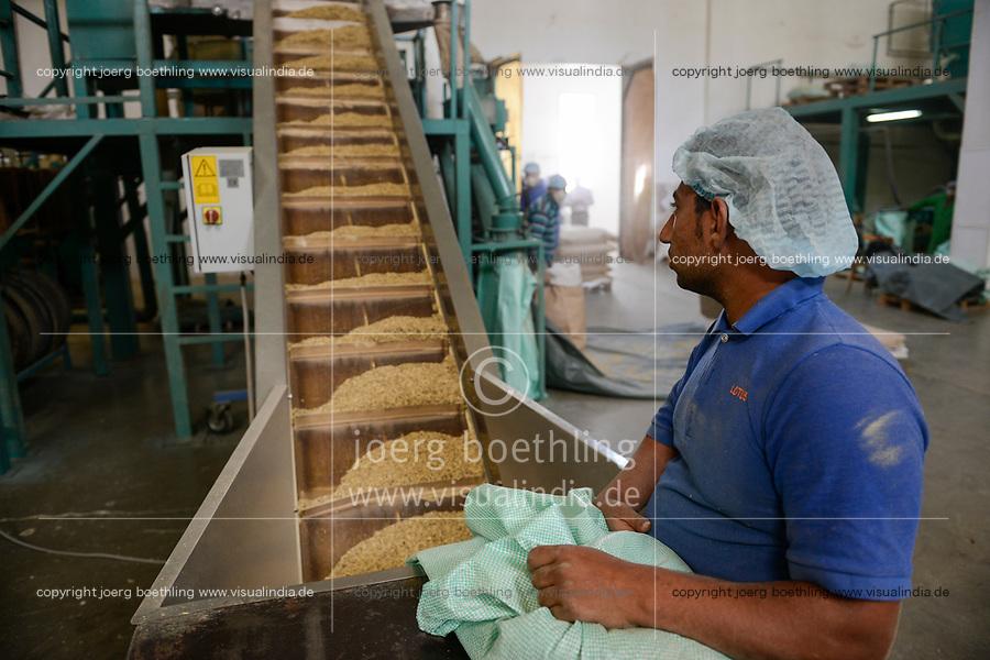 EGYPT, Bilbeis, Sekem organic farm, desert farming, factory Lotus, herb processing / AEGYPTEN, Bilbeis, Sekem Biofarm, Landwirtschaft in der Wueste, Kraeuterverarbeitung