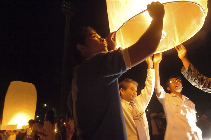 "A memorial service for the victims who died in the Tsunami Disaster was held today in Phuket, Thailand. Lanterns ""released the spirit"" to close the ceremony.  January 5, 2005. (James J. Lee for USA Today)"
