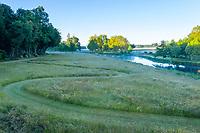 France, Maine-et-Loire (49), Brissac-Quincé, château de Brissac, jeu d'allées dans la prairie etruisseau de Montayer le soir