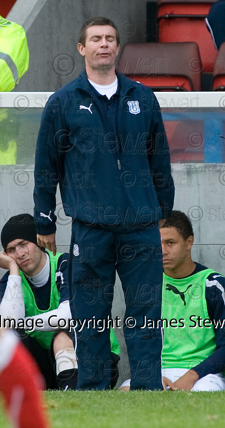 16/10/2010   Copyright  Pic : James Stewart.sct_jsp032_stirling_v_dundee  .::  DUNDEE CARETAKER BOSS BARRY SMITH  ::  .James Stewart Photography 19 Carronlea Drive, Falkirk. FK2 8DN      Vat Reg No. 607 6932 25.Telephone      : +44 (0)1324 570291 .Mobile              : +44 (0)7721 416997.E-mail  :  jim@jspa.co.uk.If you require further information then contact Jim Stewart on any of the numbers above.........