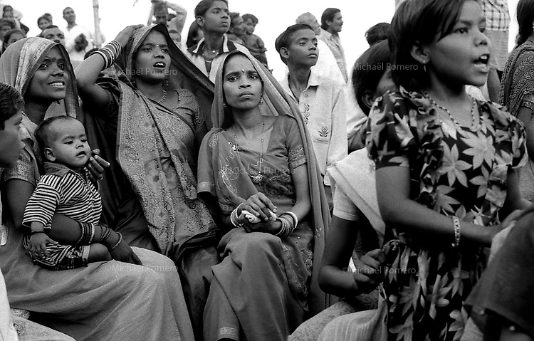 09.2006 Varanasi (Uttar Pradesh)<br /> <br /> Women,childs,families watching the krishna lila from the boat.<br /> <br /> Femmes,enfants,familles en train de regarder la krishna lila depuis leurs bateaux.