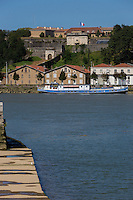 France, Aquitaine, Pyrénées-Atlantiques, Pays Basque, Bayonne: La Citadelle sur les bords de l'Adour // France, Pyrenees Atlantiques, Basque Country, Bayonne: Citadel on the banks of the Adour