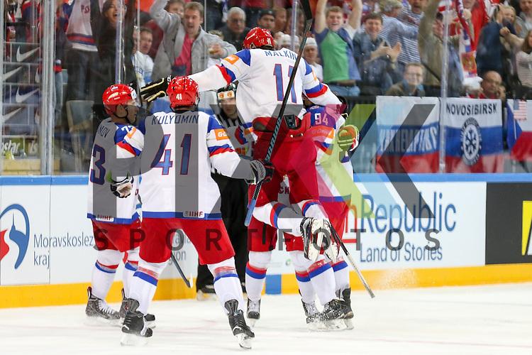 Torjubel Russland, Russlands Malkin, Yevgeni (Nr.11)(Pittsburgh Penguins) springt in die Gruppe im Spiel IIHF WC15 Russia vs. USA.<br /> <br /> Foto &copy; P-I-X.org *** Foto ist honorarpflichtig! *** Auf Anfrage in hoeherer Qualitaet/Aufloesung. Belegexemplar erbeten. Veroeffentlichung ausschliesslich fuer journalistisch-publizistische Zwecke. For editorial use only.