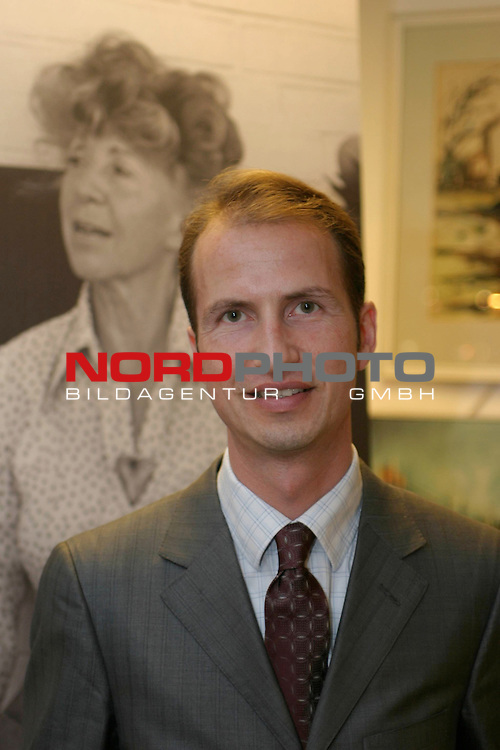 Versteigerung des Nachlass von Inge Meysel<br /> <br /> Lars Koch (35), Inhaber des  Auktionshaus Schopmann in Hamburg.<br /> Foto &copy; nordphoto / Volker Sarbach<br />  *** Local Caption *** Foto ist honorarpflichtig! zzgl. gesetzl. MwSt.<br />  Belegexemplar erforderlich<br /> Adresse: nordphoto<br /> Georg-Reinke-Strasse 1<br /> 49377 Vechta