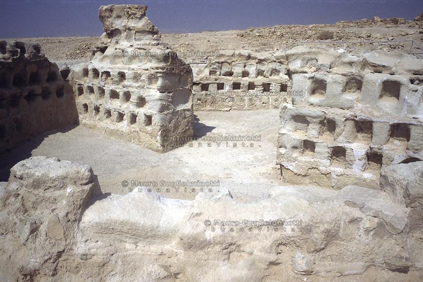 Israele: la Masada: antica fortezza i cui resti sorgono su un altopiano nella Giudea. Nell'immagine i resti di antichi colombari.
