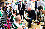 S&ouml;dert&auml;lje 2014-04-22 Basket SM-Semifinal 7 S&ouml;dert&auml;lje Kings - Uppsala Basket :  <br /> tr&auml;nare headcoach coach Vedran Bosnic i aktion med S&ouml;dert&auml;lje Kings spelare under en timeout i matchen<br /> (Foto: Kenta J&ouml;nsson) Nyckelord:  S&ouml;dert&auml;lje Kings SBBK Uppsala Basket SM Semifinal Semi T&auml;ljehallen tr&auml;nare manager coach