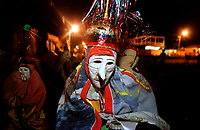 Descrição<br />Pierrot do grupo boi Tinga sai dançando pelas ruas da cidade a noite, quando encontra outro grupo e junto com outros encena uma rivalidade entre os bois. A festa é conhecida como Boi de Máscaras. São Caetano de Odivelas - Pará- Brasil<br />24 a 27/06/2000.<br />©Foto: Paulo Santos/ Interfoto<br />Negativo Cor 135 Nº7529 T1 F35