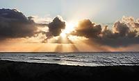 Nederland - Camperduin - 2019 .  De kustlijn werd hier lange tijd gedomineerd door de Hondsbossche Zeewering; een 5,5 km lange verharde dijk die het land beschermde tegen de zee. In 2015 ging het gebied geheel op de schop. Het strand en de duinstrook zijn verbreed. Achter de wolken schijnt de zon.  Foto Berlinda van Dam / Hollandse Hoogte