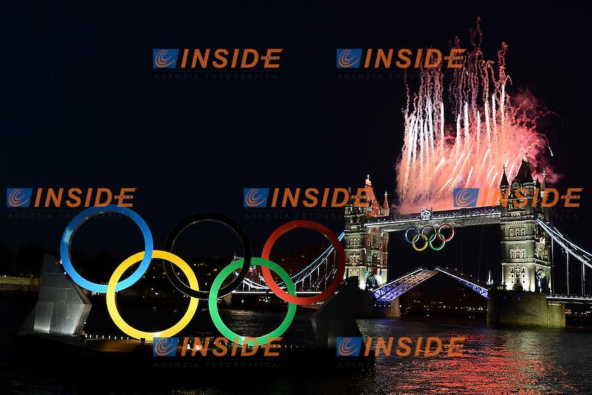Fireworks on London Bridge at 24 hours of the Opening ceremony of the Olympic Games..Fuochi d'artificio sul London Bridge con i cerchi olimpici in primo piano.London 26/7/2012 .London 2012 Olympic games - Olimpiadi Londra 2012.Foto Andrea Staccioli Insidefoto