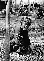 Mattenflechter in Kambodscha, 1970er Jahre. Man baiding mats at Cambodia, 1970s.