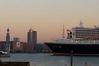 4415/ Queen Mary 2: EUROPA, DEUTSCHLAND, HAMBURG, (EUROPE, GERMANY), 09.11.2005: Am 09.11.2005 besuchte die Queen Mary 2 Hamburg, um bei Blohm & Voss Reparaturen durchzufuehren. Sie ist mit 345 m das groesste Passagierschiff der Welt. Durch zu niedrigen Wasserstand der Elbe, Tiedehafen, musste das Passagierschiff eine Nacht am Strandkai anlegen und auf die naechste Flut warten. Bei Sonnenaufgang ging die kurze Fahrt vorbei an Hamburgs Skyline. Vorbei am Michel, St. Michelis, Kaispeicher A, HTC, Hanseatik Trade Center, Fernsehturm, Heinrich Herz Turm