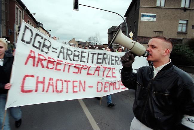 Neonazi-Demonstration im thueringischen Saalfeld.<br /> 300 Mitglieder der NPD, des Thueringer Heimatschutzes und deren Sympathiesanten demonstrierten am Samstag den 14. Maerz 1998 in Saalfeld gegen eine antifaschistische Demonstration in Saalfeld.<br /> Organisiert wurde die Demonstration von der NPD-Thueringen und Mitgliedern des Thrueringer Heimatschutz (THS).<br />  Im Bild: Marcel Enderlein, Saalfeld.<br /> 14.3.1998, Saalfeld/Thueringen<br /> Copyright: Christian Ditsch/version-foto.de<br /> [Inhaltsveraendernde Manipulation des Fotos nur nach ausdruecklicher Genehmigung des Fotografen. Vereinbarungen ueber Abtretung von Persoenlichkeitsrechten/Model Release der abgebildeten Person/Personen liegen nicht vor. NO MODEL RELEASE! Don't publish without copyright Christian Ditsch/version-foto.de, Veroeffentlichung nur mit Fotografennennung, sowie gegen Honorar, MwSt. und Beleg. Konto: version, S t a d t s p a r k a s s e K o e l n, BLZ 37050198, Ktonr: 17272139, Kontakt: info@version-foto.de.<br /> Urhebervermerk wird gemaess Paragraph 13 UHG verlangt.]
