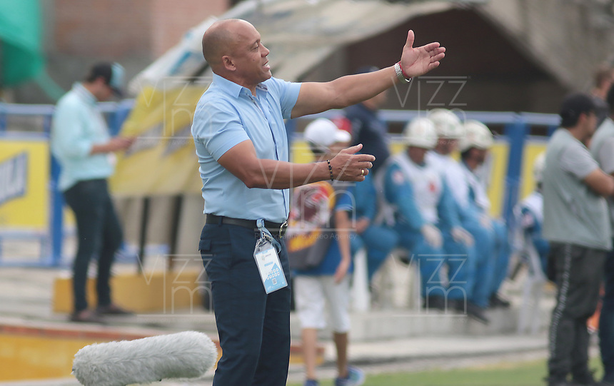 NEIVA - COLOMBIA, 28-07-2019: Luis Fernando Herrera técnico de Huila gesticula durante partido por la fecha 3 de la Liga Águila II 2019 entre Atlético Huila y Deportivo Cali jugado en el estadio Guillermo Plazas Alcid de la ciudad de Neiva. / Luis Fernando Herrera coach of Huila gestures during match for the date 3 of the Liga Aguila II 2019 between Atletico Huila and Deportivo Cali played at the Guillermo Plazas Alcid stadium of Neiva city. VizzorImage / Sergio Reyes / Cont