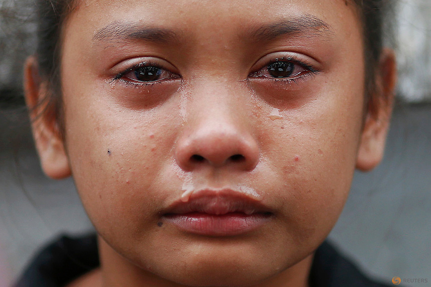 Kasandra Kate, 12, cries over the open coffin of her father Verigilio Mirano during his funeral at Navotas Public Cemetery in Manila, Philippines October 14, 2016. According to a family member, Mirano, who was using drugs but stopped after Rodrigo Duterte became the president, was killed by masked gunmen at his home on September 27th. REUTERS/Damir Sagolj