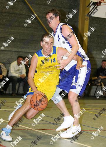 2009-04-18 / Basketbal / Turuka '90 Willebroek - Fera Bornem Basket / Gregory Presa van Turuka gaat langs Steve Dermaut van Bornem..Foto: Maarten Straetemans (SMB)