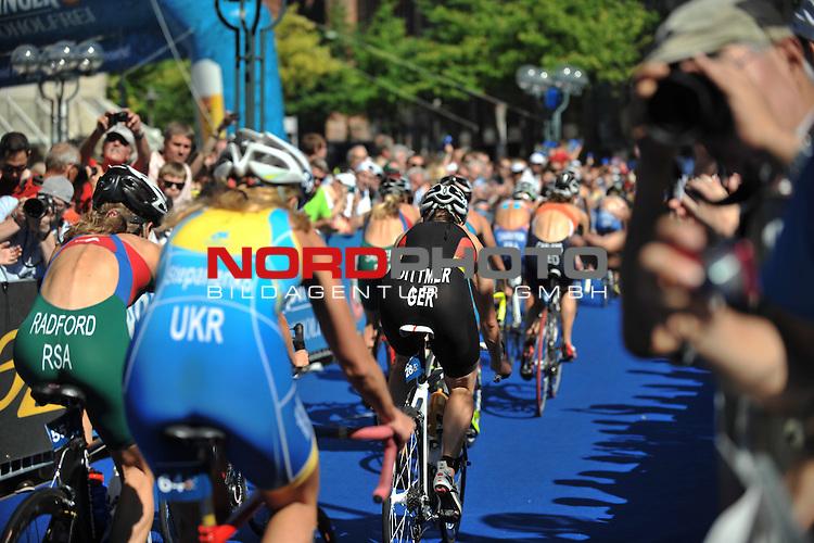 20.07.2013,  Innenstadt, Hamburg, ITU World Triathlon, Elite Women, im Bild Anja Dittmer (GER) auf dem Fahrrad von hinten// championship at City hall Hamburg 2013/07/20, Hamburg    Foto © nph / Witke