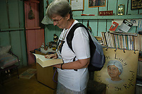A missionária americana Jane Elisabeth Dwyer, e trabalhadores rurais, participam de cerimônia durante missa em homenagem aos seis meses pelo assassinato de irmã Dorothy Stang .<br /> Anapú, Pará, Brasil<br /> Foto Paulo Santos/