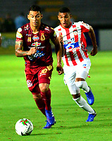 IBAGUE - COLOMBIA, 20-02-2019: Yeison Gordillo de Deportes Tolima disputa el balón con Daniel Moreno de Atlético Junior, durante partido aplazado entre Deportes Tolima y Atlético Junior, de la fecha 1 por la Liga Águila I 2019, jugado en el estadio Manuel Murillo Toro de la ciudad de Ibague. / Yeison Gordillo of  Deportes Tolima vies for the ball with Daniel Moreno of Atletico Junior, during a posponed match between Deportes Tolima and Atletico Junior of the 1st date for the Aguila League I 2019, played at Manuel Murillo Toro stadium in Ibague city. Photo: VizzorImage / Juan Carlos Escobar / Cont.