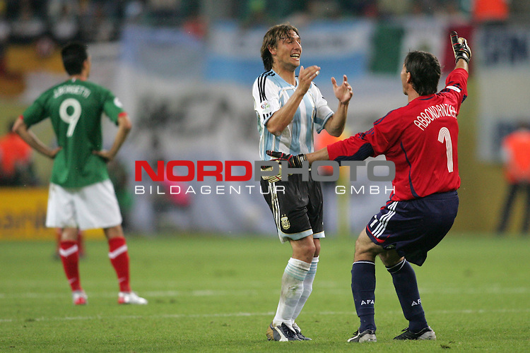 FIFA WM 2006 - Round Of Sixteen / Achtelfinale<br /> Play #50 (24-Jun) - Argentina vs Mexico.<br /> Gabriel Heinze (M) and goalkeeper Roberto Abbondanzieri (r)  from Argentina celebrate the 2-1 victory after the match of the World Cup in Leipzig. Jared Borgetti (l) from Mexico is disappointed.<br /> Foto &copy; nordphoto