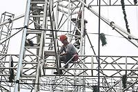 SAO PAULO, SP, 12.01.2014 - ARVORE DE NATAL DESMONTAGEM -  Operarios trabalham na desmotagem da Arvore de Natal do Parque do Ibirapuera na regiao sul de Sao Paulo, neste domingo, 12. (Foto: William Volcov / Brazil Photo Press).