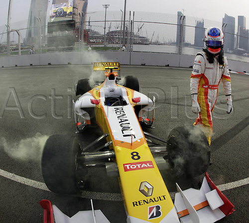 25th September 2009: French Formula One driver Romain Grosjean of Renault F1 Team leaves his car after he crashed during the first practise session at the Marina Bay Street Circuit in Singapore. The Formula One Grand Prix of Singapore will take place on 27 September 2009. Photo: Jan Woitas/ActionPlus. UK Licenses Only
