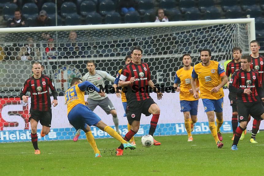 Karim Bellarab i (Braunschweig) zieht ab, Alex Meier (FRankfutrt) blockt -Eintracht Frankfurt vs. Eintracht Braunschweig, Commerzbank Arena