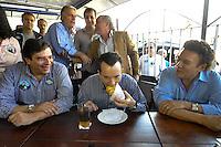 SÃO PAULO, SP, 26 DE AGOSTO DE 2012 - ELEIÇÕES 2012 - CELSO RUSSOMANO: O candidato do PRB a prefeitura de São Paulo Celso Russomano (c) na companhia de seu vice Luiz Flávio Borges D'Urso (e) e Campos Machado (d) realizaram na manhã deste domingo (26) uma visita ao comércio do Jardim Orly, zona sul da capital. FOTO: LEVI BIANCO - BRAZIL PHOTO PRESS