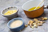 1. Schritt Lippen-und-Pfoten-Salbe selbermachen, selber machen, selber rühren: Zutaten: Fichtenharz, Olivenöl, Bienenwachs, Honig. Lippen-und-Pfoten-Balsam, Lippensalbe, Lippenbalsam, Pfotensalbe, Pfotenbalsam, Pfötchen-Salbe, Lippenpflege, Harzsalbe, Harzcreme, Harzbalsam, Pechsalbe, Fichtenharz wird zusammen mit Olivenöl, Honig und Bienenwachs zu einer Heilsalbe, Heilcreme, Creme, Salbe verarbeitet, Harzbalsam. Gewöhnliche Fichte, Rot-Fichte, Rotfichte, Picea abies, Common Spruce, Norway spruce, L'Épicéa, Épicéa commun