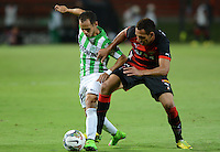 MEDELLÍN -COLOMBIA-01-10-2014. Alejandro Guerra (Izq) jugador de Atlético Nacional de Colombia disputa el balón con  Mansur (Der) jugador de Vitória de Brasil durante juego de ida de los octavos de final en la Copa Total Sudamericana 2014 realizado en el estadio Atanasio Girardot de Medellín./ Alejandro Guerra  (L) player of Atletico Nacional of Colombia fights for the ball with Mansur (R) player of Vitoria of Brazil during the first leg match for the knockout stage of the Copa Total Sudamericana 2014 played at Atanasio Girardot stadium in Medellin. Photo: VizzorImage/Luis Ríos/STR