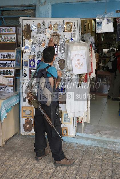 Asie/Israël/Galilée/Safed: soldat en permission devant une boutique de souvenirs religieux avec son fusil