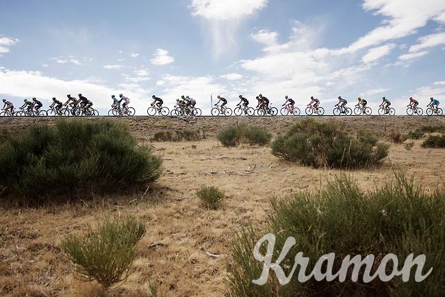 peloton drive-by<br /> <br /> stage 20: San Lorenzo de el Escorial - Cercedilla (176km)<br /> 2015 Vuelta &agrave; Espana