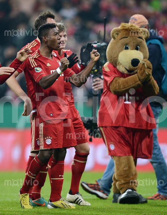 FUSSBALL  DFB-POKAL  VIERTELFINALE  SAISON 2012/2013    FC Bayern Muenchen - Borussia Dortmund       27.02.2013 Schlussjubel FC Bayern Muenchen; David Alaba (li) und FC Bayern Maskottchen Berni