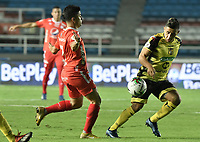 CALI - COLOMBIA, 25-01-2020: Matias Pisano del América disputa el balón con Cleider Alzate de Cali durante partido por la fecha 1 de la Liga BetPlay DIMAYOR I 2020 entre América de Cali y Alianza Petrolera jugado en el estadio Pascual Guerrero de la ciudad de Cali. / Matias Pisano of America struggles the ball with Cleider Alzate of Alianza P during match for the for the date 1 as part of BetPlay DIMAYOR League I 2020 between America de Cali and Alianza Petrolera played at Pascual Guerrero stadium in Cali. Photo: VizzorImage / Gabriel Aponte / Staff