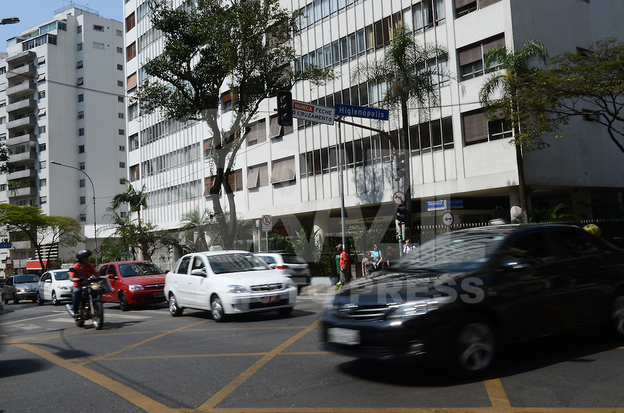 ATENÇÃO EDITOR: FOTO EMBARGADA PARA VEÍCULOS INTERNACIONAIS. SAO PAULO, 18 DE SETEMBRO DE 2012 - SEMAFOROS APAGADOS - Semaforos apagados complicam o transito no cruzamento da Avenida Angelica com a Avenida Higienopolis na tarde desta terca feira, regiao central da capital. FOTO: ALEXANDRE MOREIRA - BRAZIL PHOTO PRESS