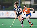 BLOEMENDAAL  - Hockey -  finale KNHB Gold Cup dames, Bloemendaal-HDM (1-1). Bloemendaal wint na shoot outs.  Julia Verschoor (HDM) met Sophie Schlatmann (Bldaal)   COPYRIGHT KOEN SUYK