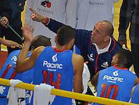 BOGOTÁ -COLOMBIA. 07-06-2014. Yesid Riveros (Der) entrenador de Guerreros de Bogotá da instrucciones durante el cuarto partido contra Cimarrones del Chocó por los playoffs finales de la  Liga DirecTV de Baloncesto 2014-I de Colombia realizado en el coliseo El Salitre de Bogotá./ Yesid Riveros coach of Guerreros de Bogota gives diractions during 4th game against Cimarrones del Choco for the playoffs finals of the DirecTV Basketball League 2014-I in Colombia played at El Salitre coliseum in Bogota. Photo: VizzorImage/ Gabriel Aponte / Staff
