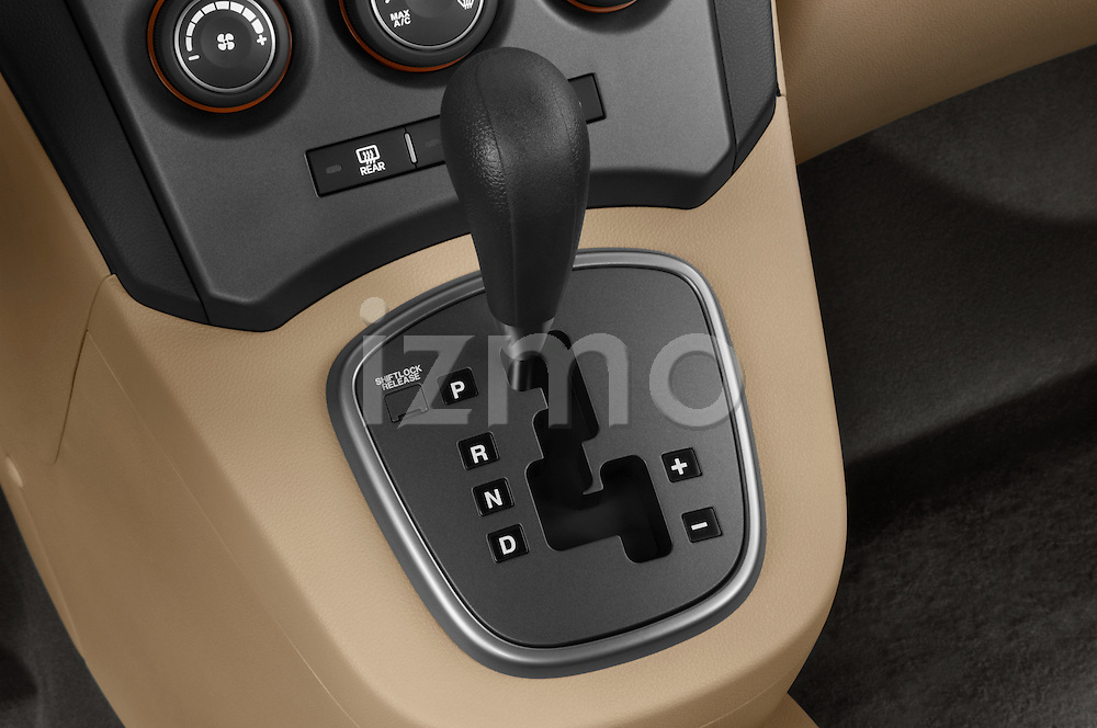 Gear shift detail view of a 2008 Kia Rondo EX V6