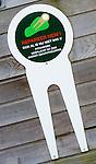 SOESTDUINEN - Een reuze pitchvork als waarschuwing dat de pitchmarks gerepareerd worden.Golfclub Soestduinen naar het Hilton Hotel. COPYRIGHT KOEN SUYK