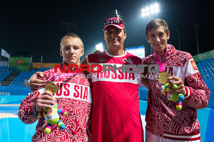 27.08.2014, Nanjing, Youth Olympic Sports Park<br /> Youth Olympic Games 2014, Siegerehrung<br /> <br /> Olympiasieger Oleg Stoyanovskiy (RUS) und Oleg Stoyanovskiy (RUS) mit Trainer Igor Olefir<br /> <br />   Foto &copy; nordphoto / Kurth