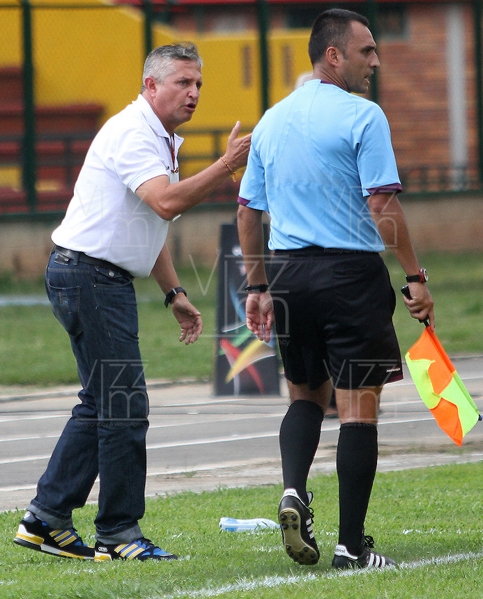 FLORIDABLANCA -COLOMBIA, 02-11-2014.  Adolfo Leon Holguin técnico de Alianza Petrolera gesticula durante partido con Deportes Tolima por la fecha 17 de la Liga Postobon II 2014 disputado en el estadio Alvaro Gómez Hurtado de la ciudad de Floridablanca./ Adolfo Leon Holguin coach of Alianza Petrolera gestures during match against Deportes Tolima for the 17th date of the Postobon League II 2014 played at Alvaro Gomez Hurtado stadium in Floridablanca city Photo:VizzorImage / Duncan Bustamante / STR