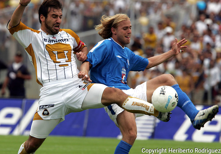 Mexico (06/06/2004): Cruz Azul striker  Luciano Figueroa (R) fights for the ball with National Autonomus University of Mexico (UNAM) Pumas defender Joaquin Beltran during the second leg of semifinals of the national soccer league.  UNAM Pumas won 3-2 and goes to finals against Guadalajara Chivas next week...© Heriberto Rodriguez..NO ARCHIVO-NO ARCHIVE-ARCHIVIERUNG VERBOTEN!
