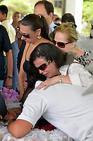 BELO HORIZONTE / MINAS GERAIS / BRASIL - 08/02/2012 - Velorio do cantor Wando, no cemiterio Bosque da Esperanca, em Belo Horizonte-MG. Na foto, amigos e parentes do cantor.    Foto: Douglas Magno / News Free