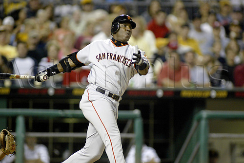 10 August 2004: Barry Bonds of the San Francisco Giants during the Giants 8-7 loss to the Pittsburgh Pirates at PNC Park in Pittsburgh, PA. Photo: Jason Cohn/actionplus...040810.hitter baseball