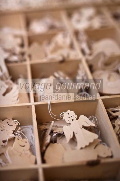 Europe/Voïvodie de Petite-Pologne/Cracovie:   Marché de Noël sur la Place du Marché: Rynek - détail d'un étal de décorations de noël