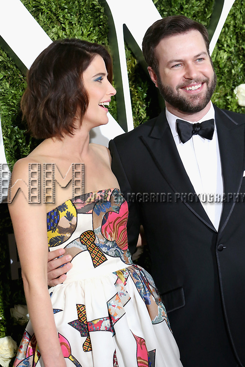 NEW YORK, NY - JUNE 11:  Cobie Smulders and Taran Killam attend the 71st Annual Tony Awards at Radio City Music Hall on June 11, 2017 in New York City.  (Photo by Walter McBride/WireImage)