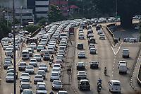 SÃO PAULO, SP, 24.03.2016 - TRANSITO-SP - Motoristas enfrentam trânsito no sentido leste do viaduto Júlio de Mesquita Filho, no bairro da Bela Vista, na região central de São Paulo, nesta quinta-feira, 24. (Foto: Vanessa Carvalho/Brazil Photo Press)