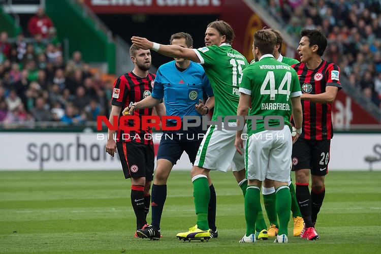 02.05.2015, Weser Stadion, Bremen, GER, 1.FBL. Werder Bremen vs Eintracht Frankfurt, im Bild<br /> <br /> <br /> Sebastian Pr&ouml;dl / Proedl (Bremen #15) beschwert sich bei Robert Hartmann (Schiedsrichter / Referee)<br /> <br /> <br /> Foto &copy; nordphoto / Kokenge